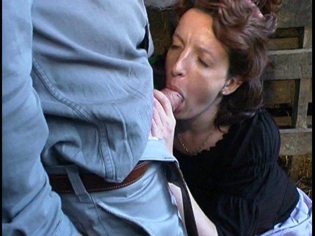 140 1 - Le cul dans le foin et la chatte à l'air dans la grange