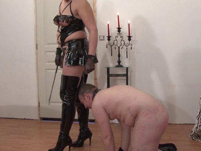 1511 1 - Une maîtresse perverse s'amuse avec son esclave
