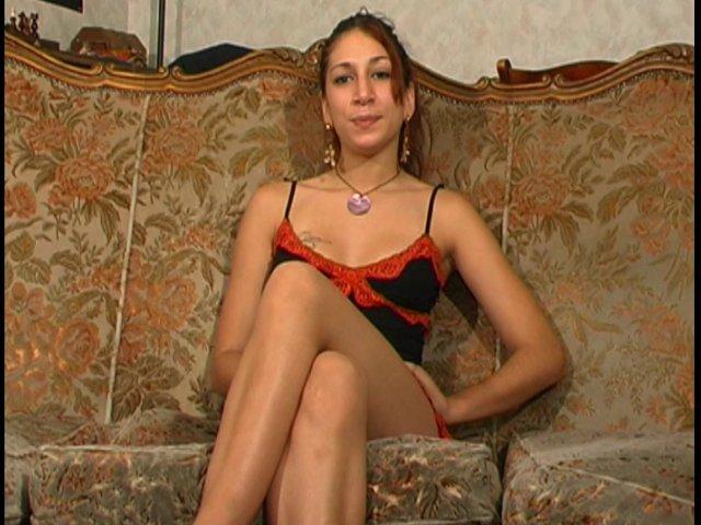 176 1 - Iris, beurette de 19 ans hôtesse dans un bar et amatrice de porno