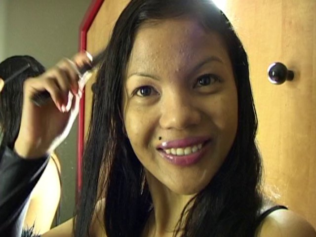 224 1 - Geisha, une belle métisse Asiatique se détend à l'hôtel