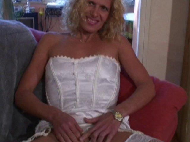 232 1 - Blonde nympho baise sur un canapé