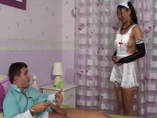 246 1 - Elle joue avec le stéthoscope