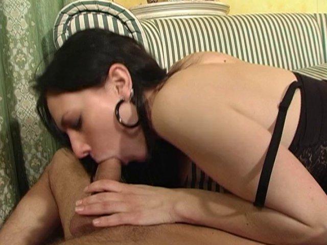 322 1 - Mia, à peine arrivée, se prend une bite dans la bouche.