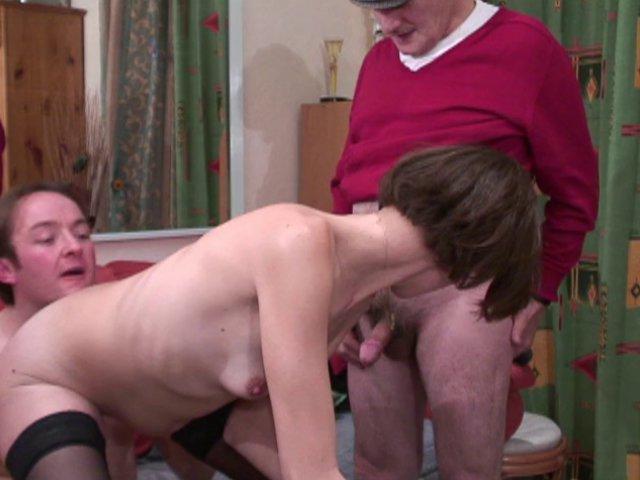 323 1 - Sophie remercie papi en baisant avec lui