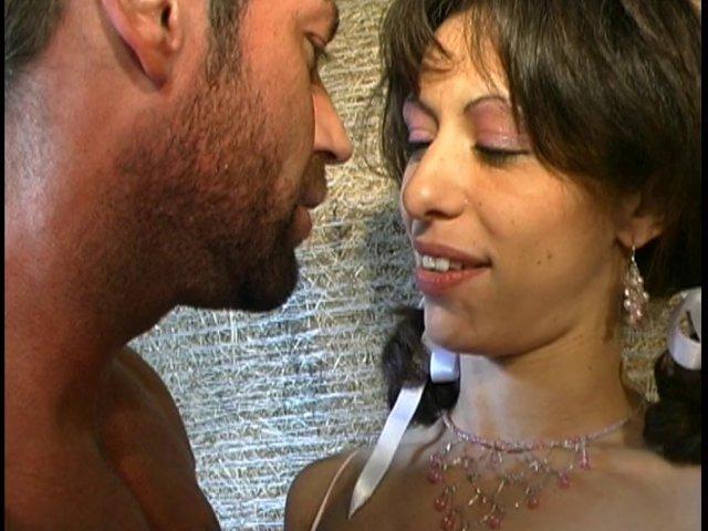 391 1 - Brune cochonne française se fait baiser comme une chienne dans la grange