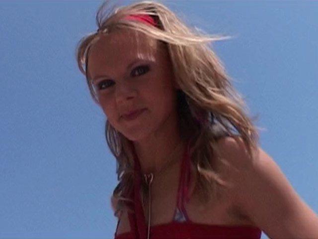 434 1 - Une chica blonde et aux jolis lolo pour une baise sur la plage
