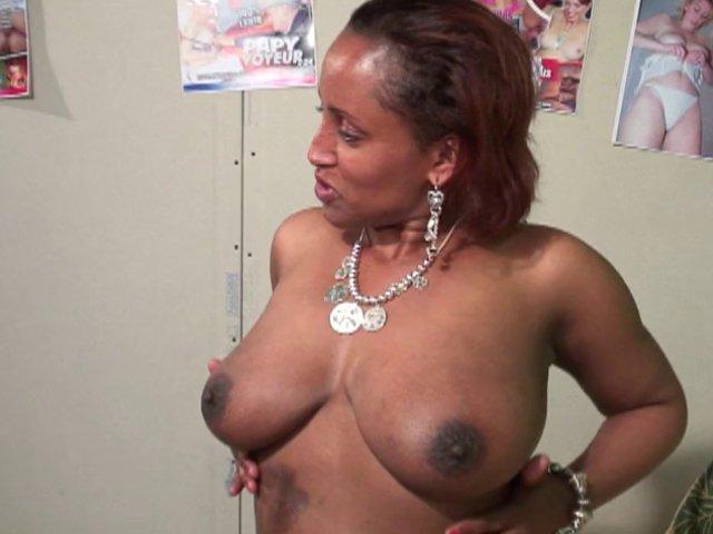 436 1 - Annie, mama africaine vria cochonne baise avec deux jeunes TBM