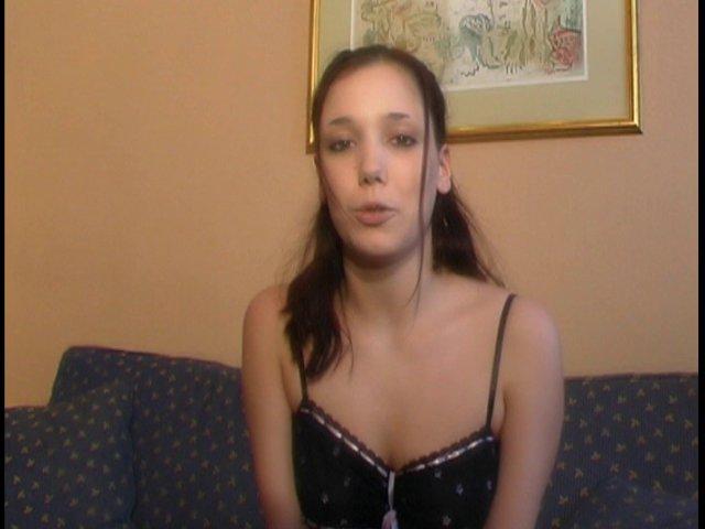 452 1 - Jolie brune s'éclate dans un salon érotique