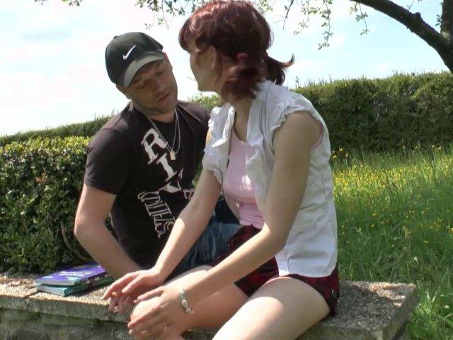 5256 1 - Lisa, étudiante rousse au petit cul rose, initiée à la baise en plein air