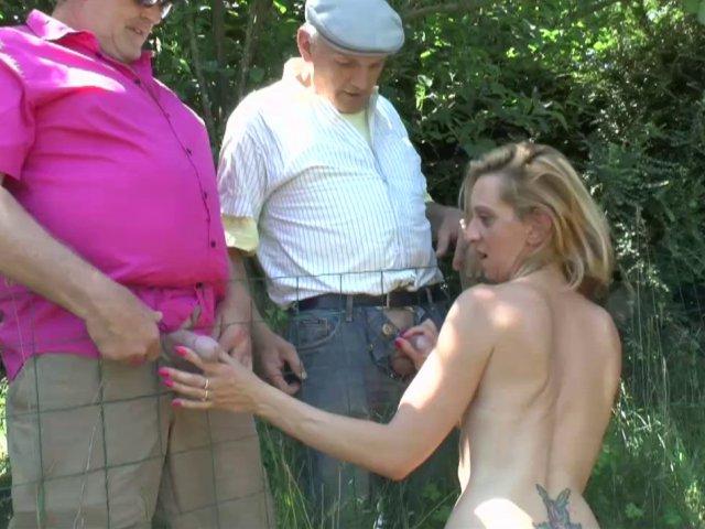 5265 1 - Deux papys voyeurs s'offrent le cul d'une jeune salope.