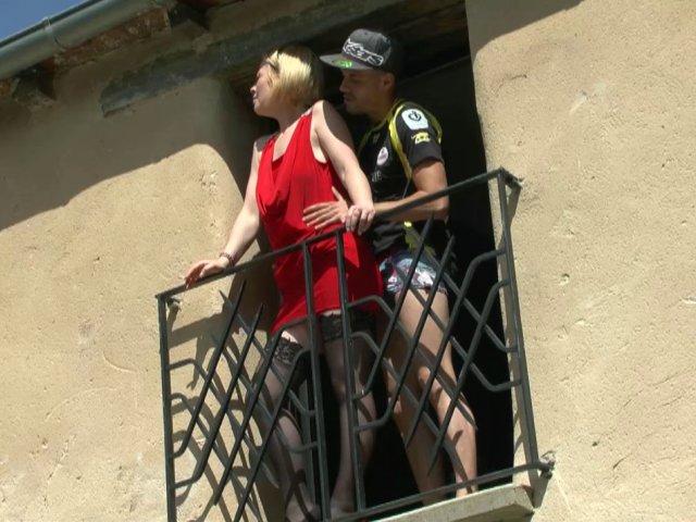 5308 1 - Enculée sur le balcon sous les yeux de papy