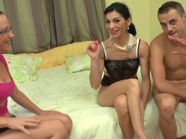 5323 1 - Une mature bcbg découvre le fist dans une chambre d'hôtel
