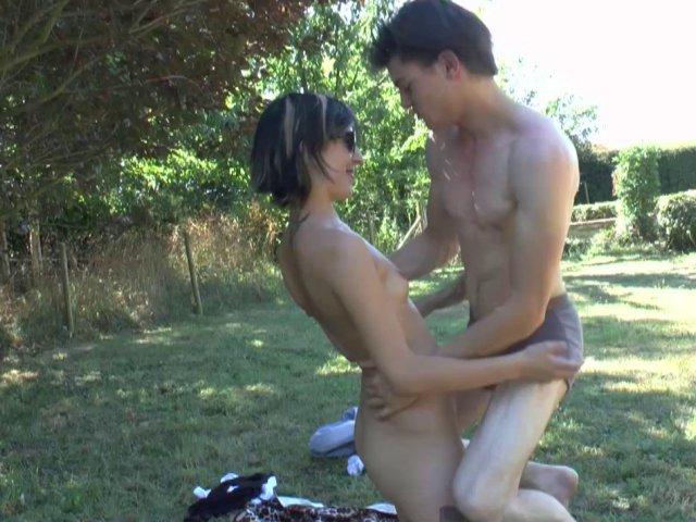 5328 1 - Fille à poil dans le jardin se fait baiser son minou  poilue et son cul serré