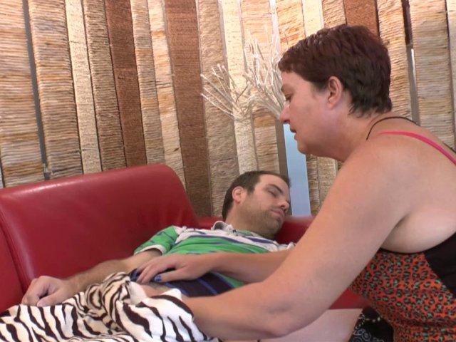 5329 1 - Natasha, maman cougar se fait un petit jeune