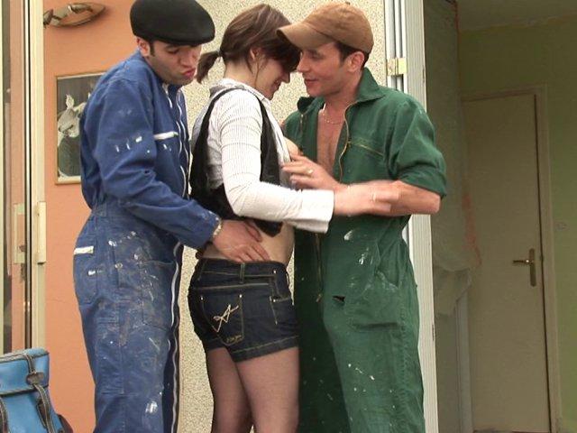 5335 1 - Elle sèche les cours pour baiser avec les 2 ouvriers !