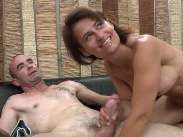 5341 1 - Une mature sexy et son mari pour une scène de baise