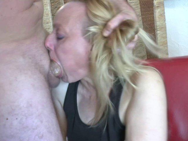 5359 1 - Carole, une mature blonde vient pour une leçon hard