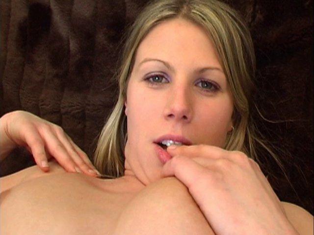 536 1 - Anita la jeune blonde sait mettre son joli corps en valeur