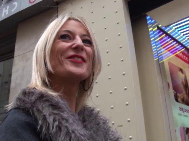 5361 1 - Blonde trentenaire dans un sex-shop Parisien
