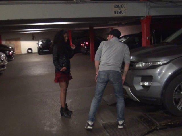 5373 1 - Jeune antillaise baisée à l'arrache dans un parking de Paris