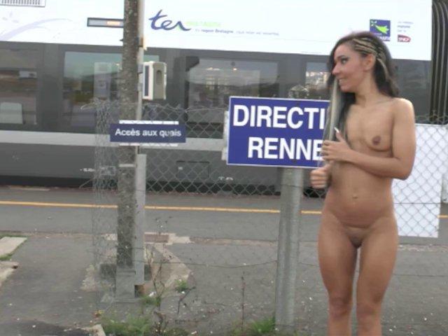 5398 1 - En bretagne, Gwenanie s'offre une exhib de folie à la gare