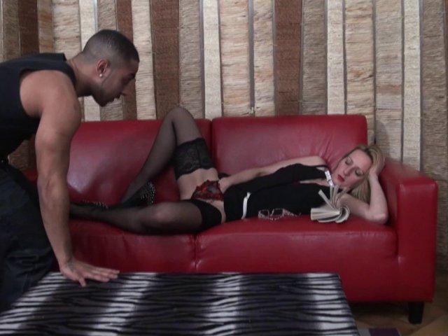 5430 1 - Secrétaire mature et nympho se fait baiser par un black