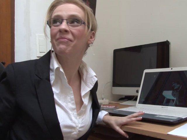 5468 1 - Une secrétaire à lunettes baisée par son patron
