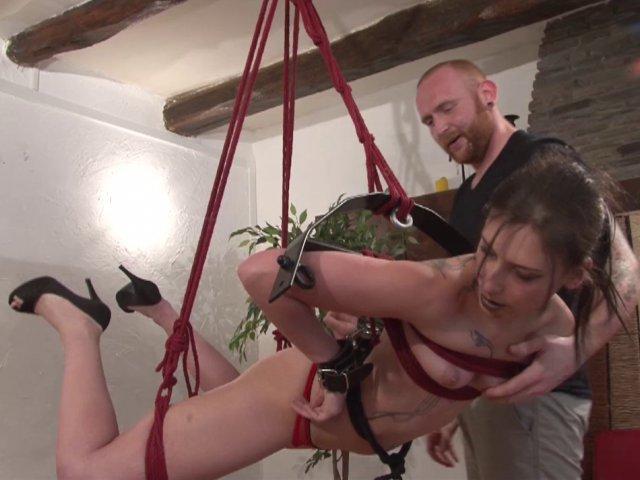 5511 1 - Amel découvre le bondage et la soumission de façon très hard !
