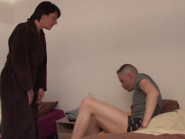 5539 1 - Lucie, maman cougar, adore se taper les copains de son fils