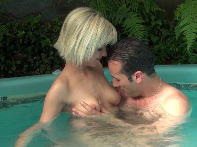 5551 1 - Britney, Française sexy baisée dans le jacuzzi