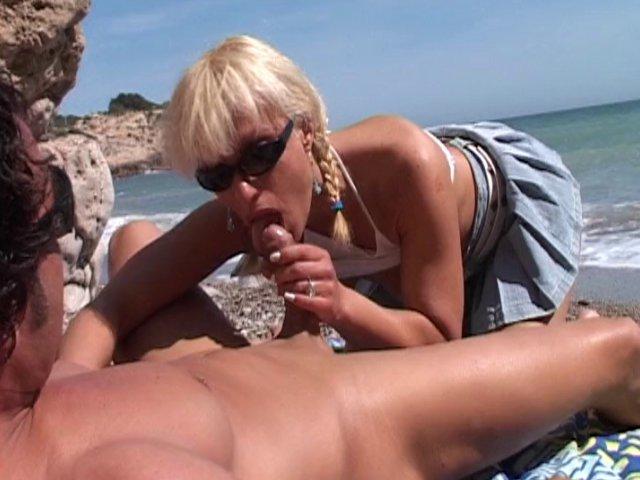 565 1 - Une blonde nympho qui a hâte de se faire démonter