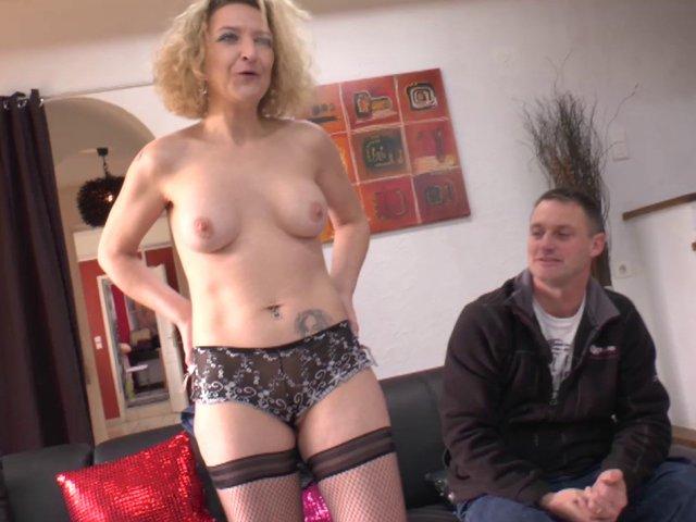 5818 1 - Femme gourmande à la chatte rasée s'offre à un mec