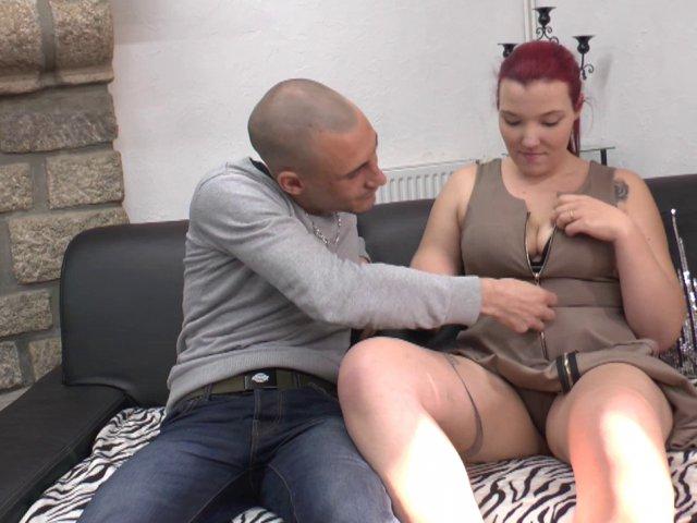 5833 1 - Femme aux gros seins laiteux prend du plaisir