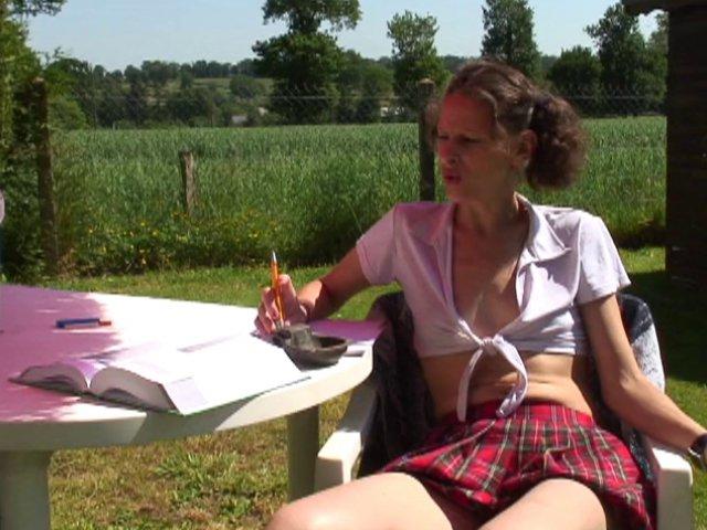 791 1 - Sophie réalise son fantasme d'écolière