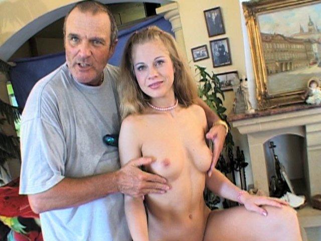 795 1 - Belle blonde de 20 ans au corps de rêve et très douée pour la masturbation à coups de god