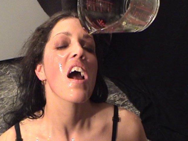 833 1 - Trempée de pisse, madeleine se fait prendre sur la table