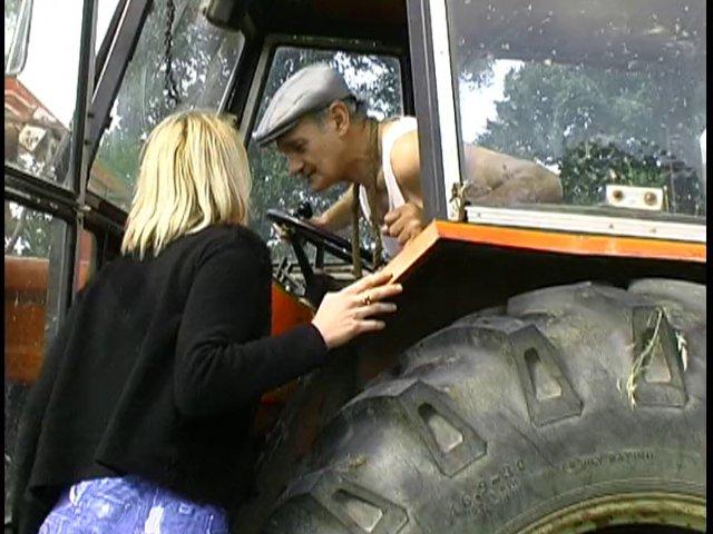 86 1 - Une amatrice suce la bite du papy dans sa ferme