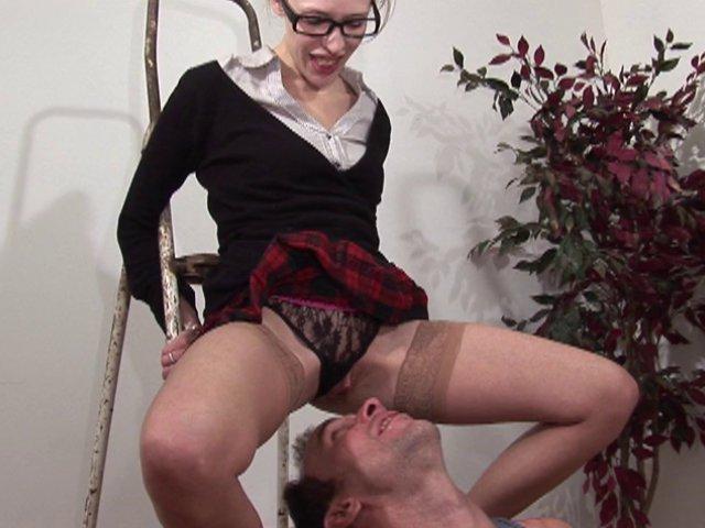 909 1 - Une écolière vicieuse va sauter sur le gars de l'entretien !
