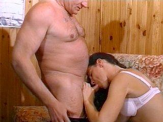 167 1 - Papi baise une jeune demoiselle sexy