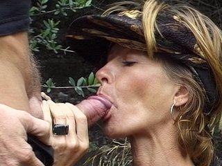 534 1 - Couple mature baise dans un parc !
